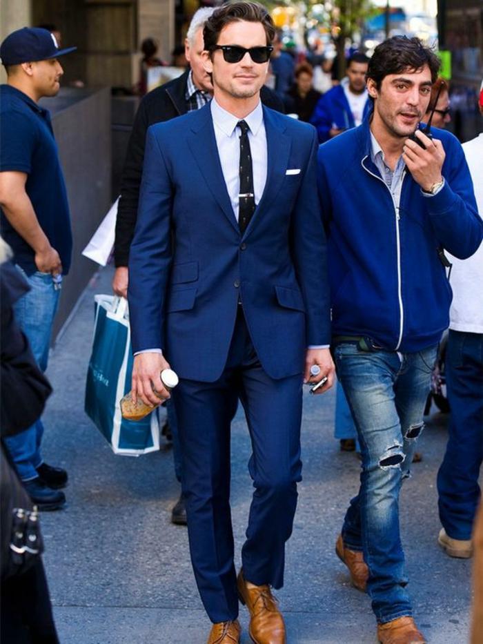 cravate noire étroite et costume hugo boss, veste costume homme, mouchoir blanc dans la poche, chaussures en couleur caramel