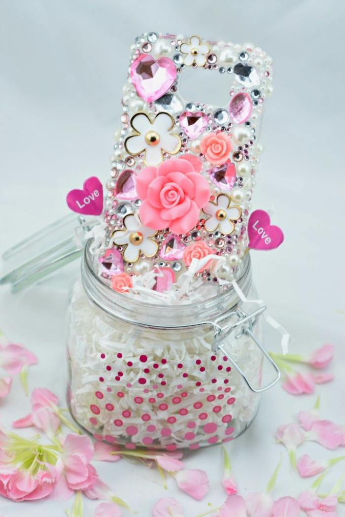 idée pour faire une coque téléphone personnalisable à l'aide de petits embellissement scrapbooking et fleurs en silicone 3D