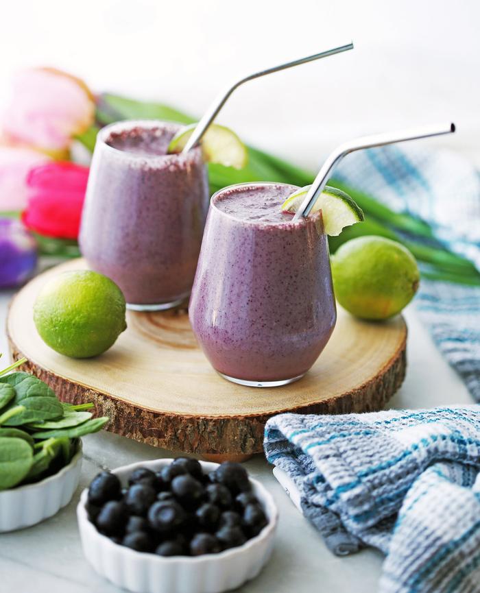 qu'est ce qu'un smoothie sain, idée pour un petit déjeuner sain de smoothie délicieux aux myrtilles, yaourt et jus de citron vert