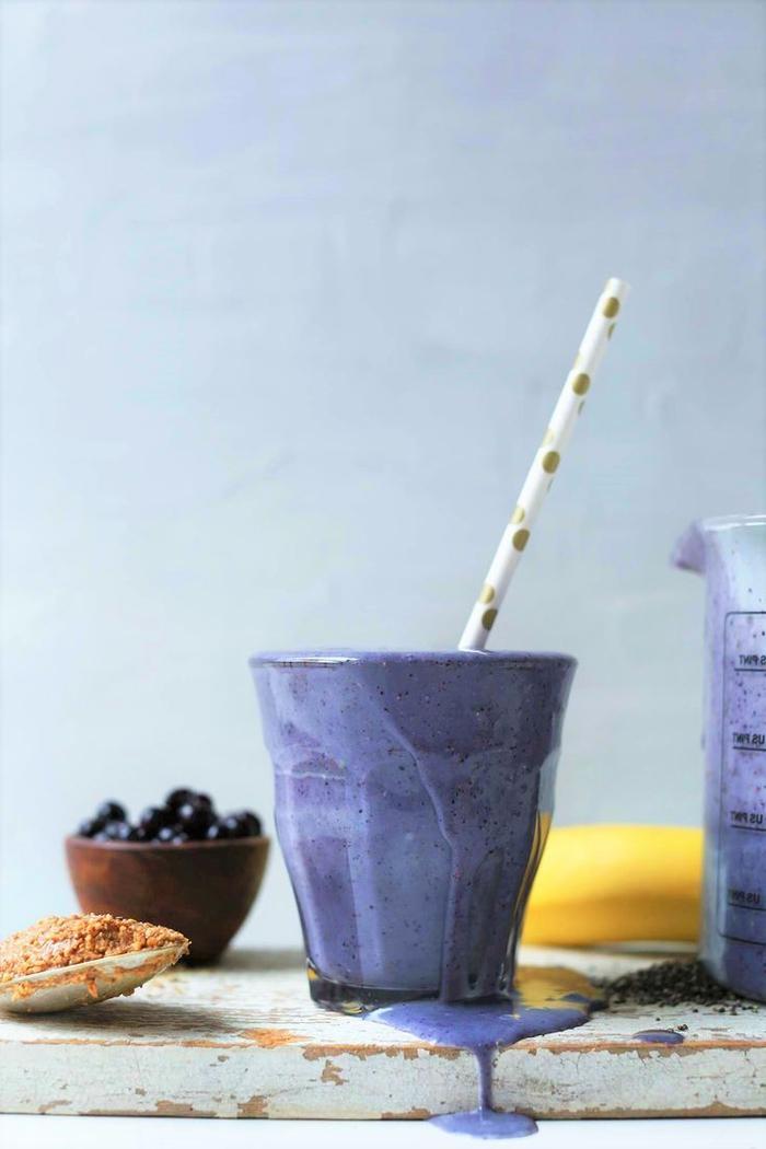 recette smoothie aux myrtilles et au beurre d'amande idéal pour un petit-déjeuner sain sur le pouce ou pour une collation santé