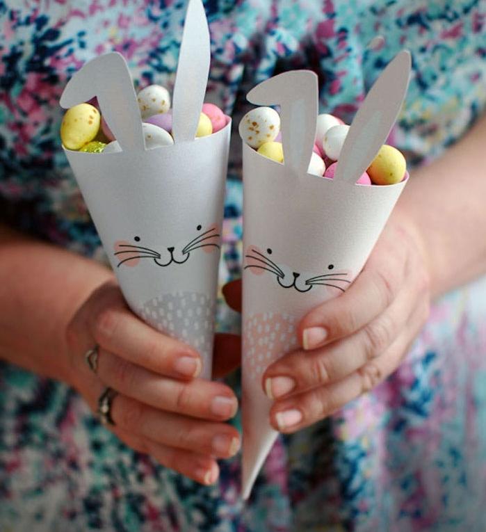 cône en papier à motif lapin de paques rempli de bonbons sucrés, activité de paques pour enfant