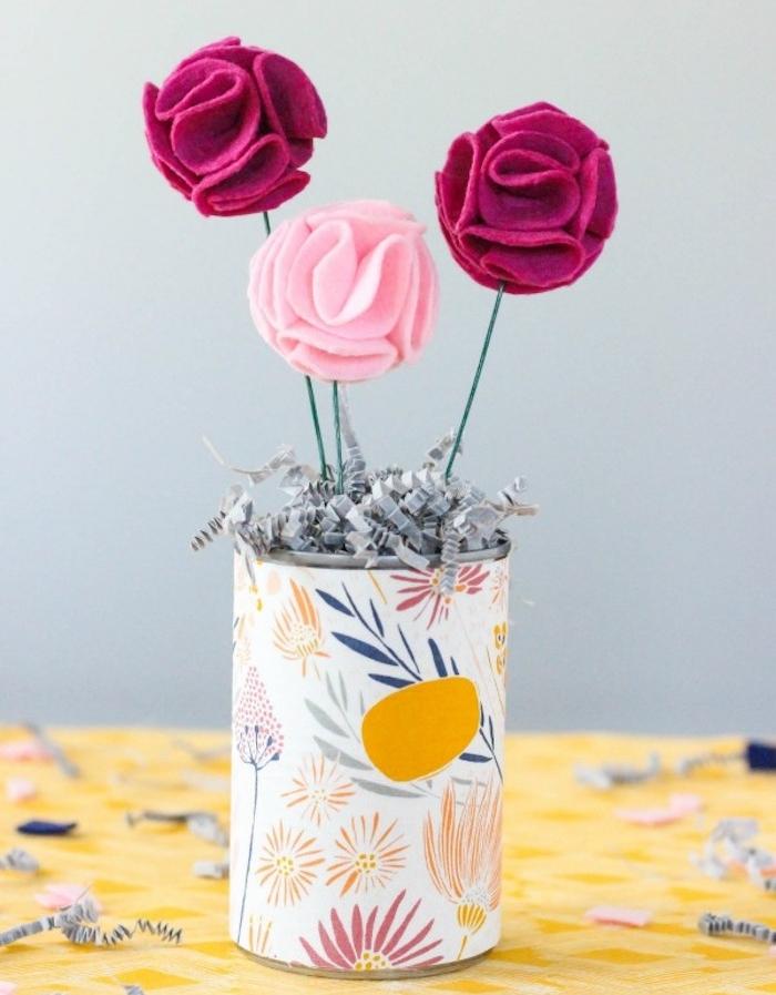 activité manuelle printemps, idée comment faire des roses en feutrine, couleur rouge et rose, boite de conserve décorée de tissu coloré à imprimé floral en guise de vase