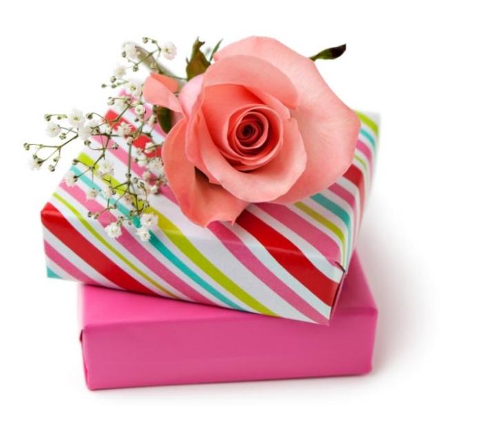 boîte avec cadeau surprise emballée en papier coloré et un petit bouquet de rose pour célébrer la fete des grands mere