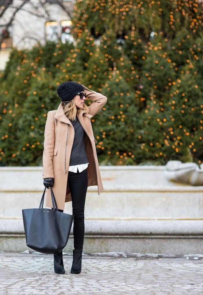 look total noir avec chemise blanche, comment bien s habiller avec manteau long élégant beige et bottines en velours noires