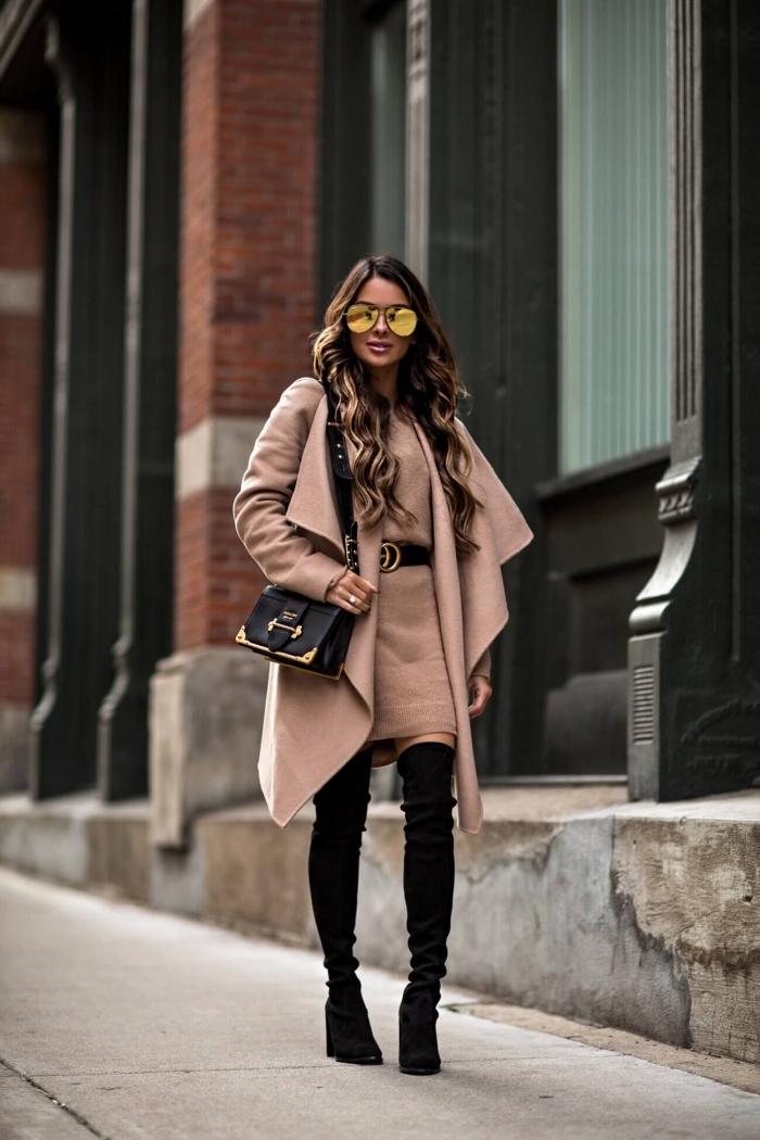 comment assortir le beige avec bottes genoux et accessoires de cuir noir ceinture et sac à main femme