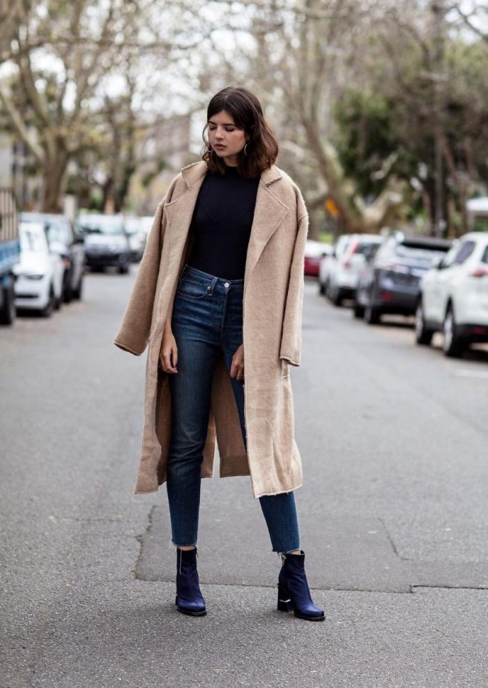 coupe de cheveux mi-longs de couleur marron femme, modèle de jeans haute taille avec bottines cuir bleu foncé