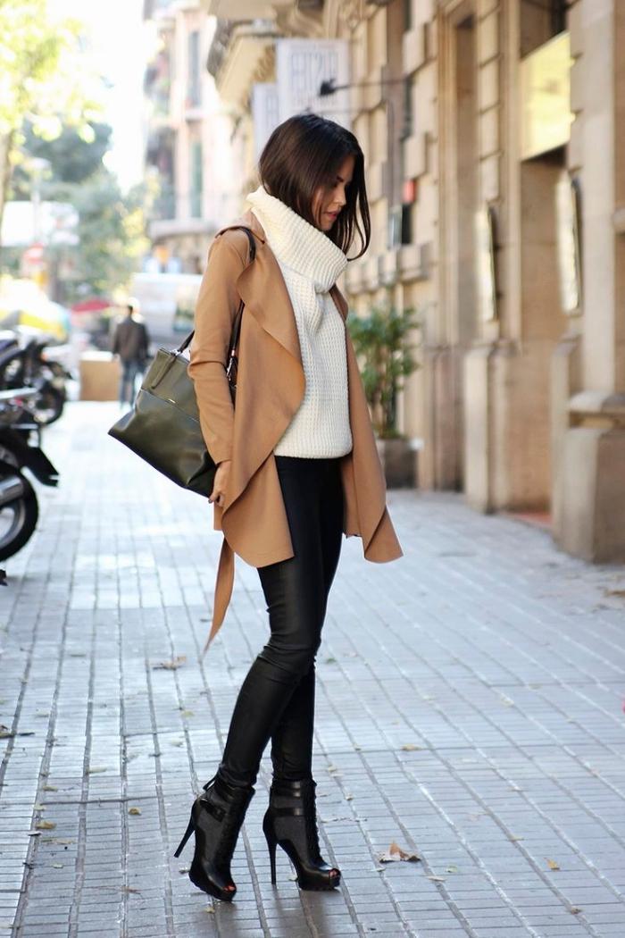 pull over loose blanc avec pantalon slim noir et manteau camel à combiner avec sac à main vert et bottines cuir noir