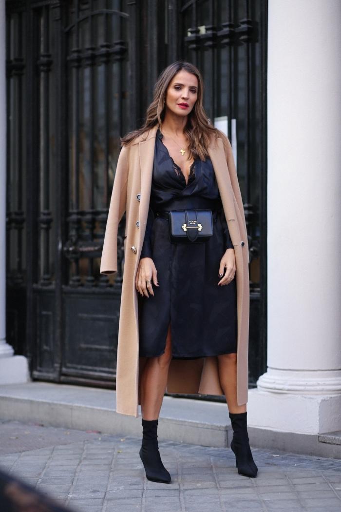 look classy et féminine en robe noire et bottines combinés avec modèle de manteau long beige