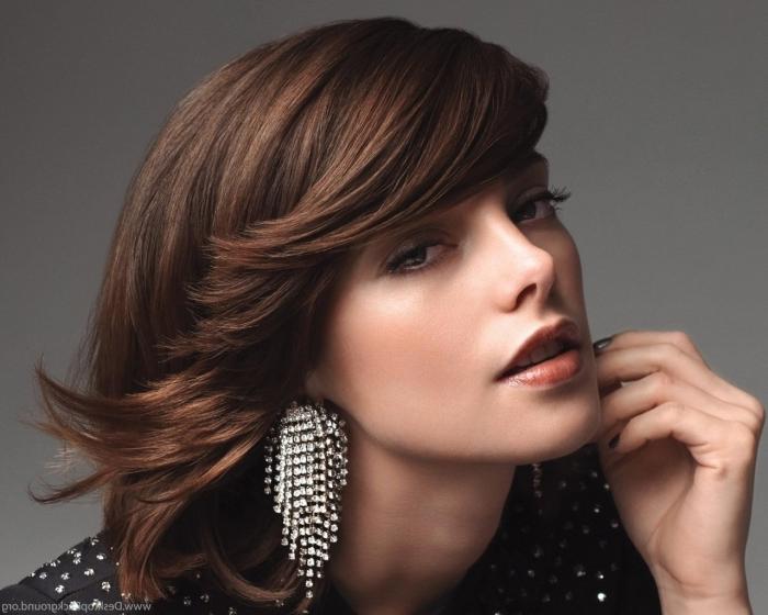 comment porter la veste en cuir noir avec studs et bijoux en cristaux, vernis à ongles gris brillant, coupe cheveux mi-longs en couches