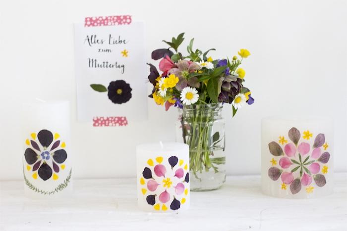 bougies blancs décorés de pétales de fleurs pressées et collées, idée d activité manuelle facile et rapide pour printemps