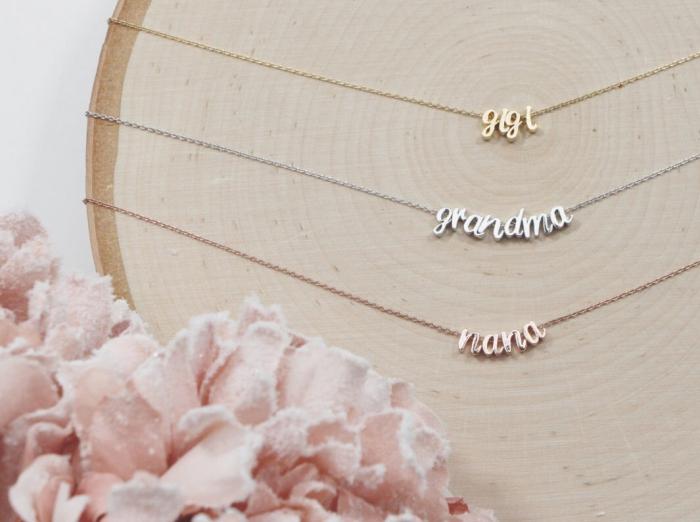 bijou spécial à design mots membres de familles, collier avec lettres ou initiales à offrir à ses proches