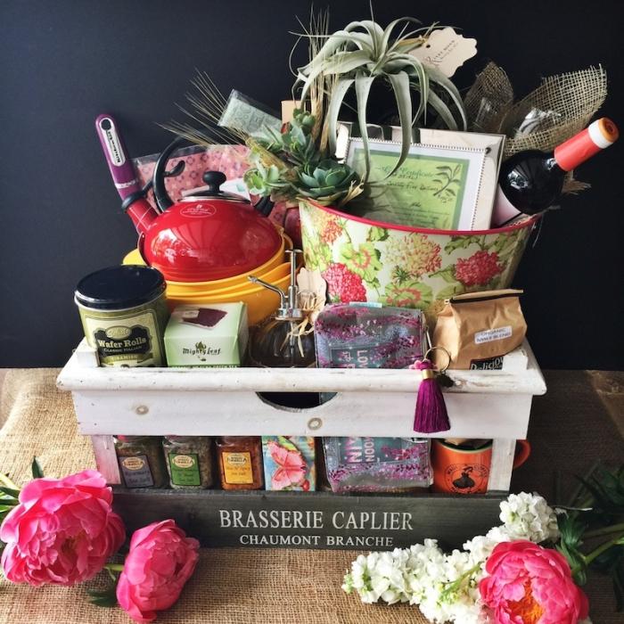 kit d'ingrédients et accessoires de cuisine à offrir pour la fête des grands mères, théière rouge et collection de tasines