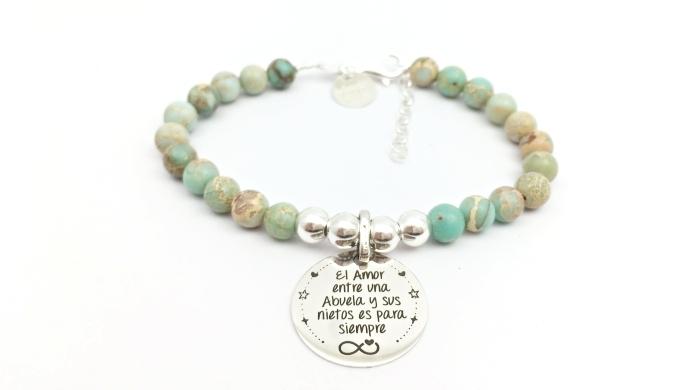 modèle de bijou personnalisé avec perles de nuances turquoise et beige avec gravure à mots doux pour grands-mères