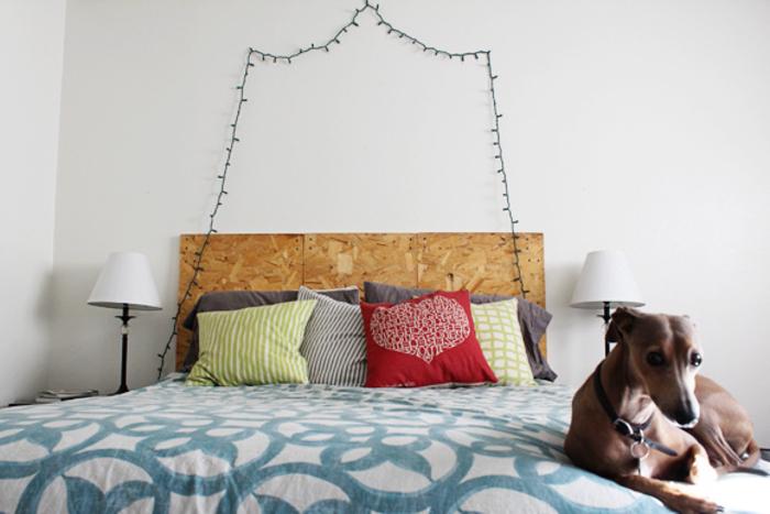 deco tete de lit en contreplaqué avec une simple guirlande lumineuse pour une ambiance bohème chic dans la chambre à coucher