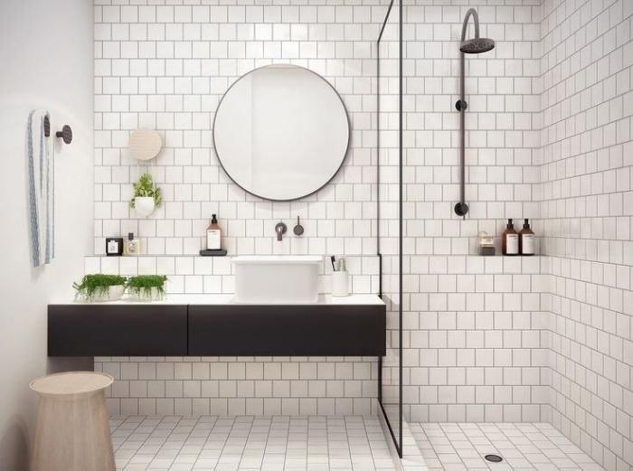 déco de la salle de bain blanche aux murs à carrelage imitation briques blanches avec meubles sous lavabo blanc et noir mate
