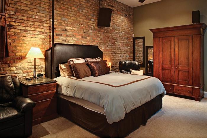 fauteuil en cuir, lit en bois, mur en briques rouges, armoire en bois solide, chevet en bois