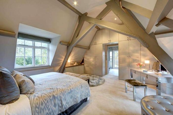 comment aménager des combles pratiques, chambre attique très élégante, grandes poutres