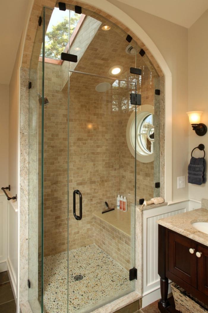 fenêtre à la toiture, salle de bain petite surface, meuble vasque en bois et comptoir en marbre