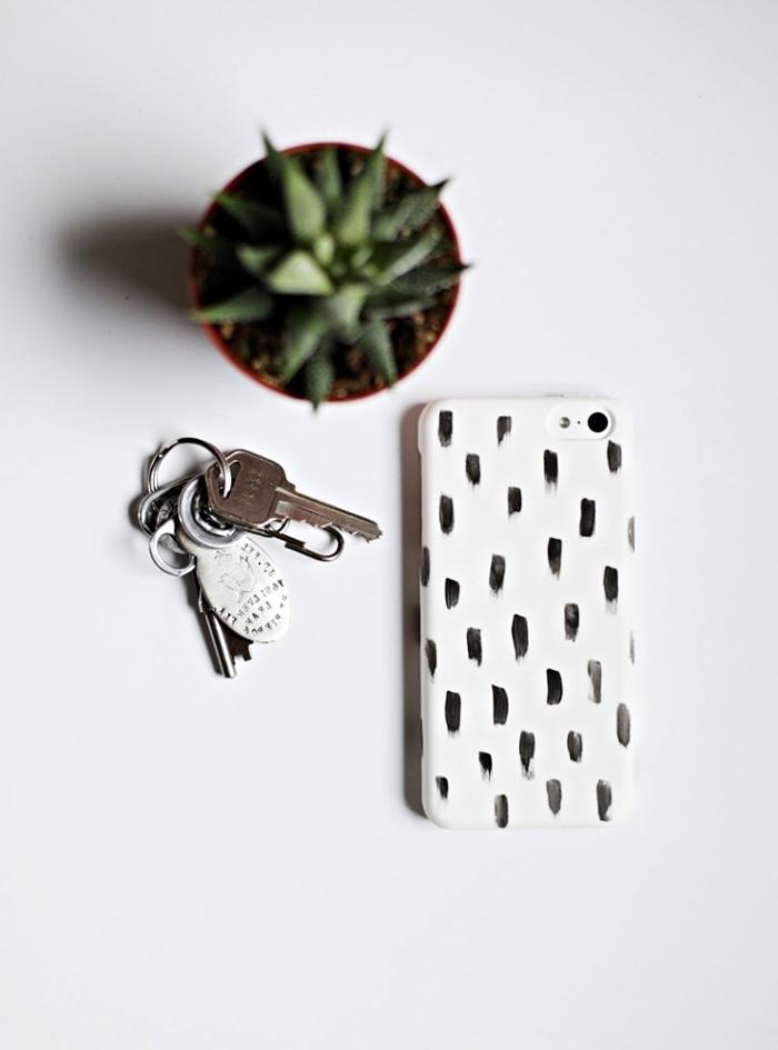 activité manuelle facile à faire, coque portable blanche personnalisée avec dessins identiques à vernis à ongles noir