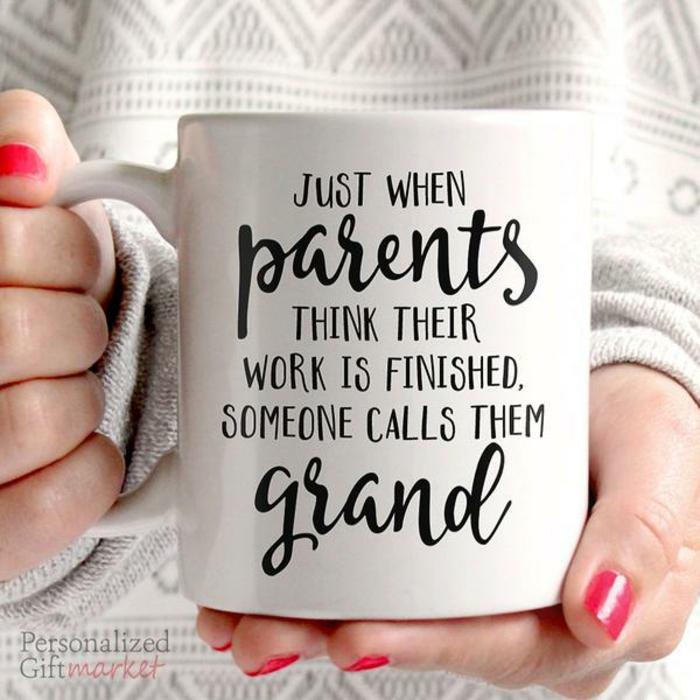 tasse à café avec script surprenant, nous serons des parents écrit sur une tasse à café