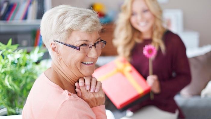 préparer une surprise pour la fête des grands mères, emballage cadeaux en couleurs vives à fleur de papier rose