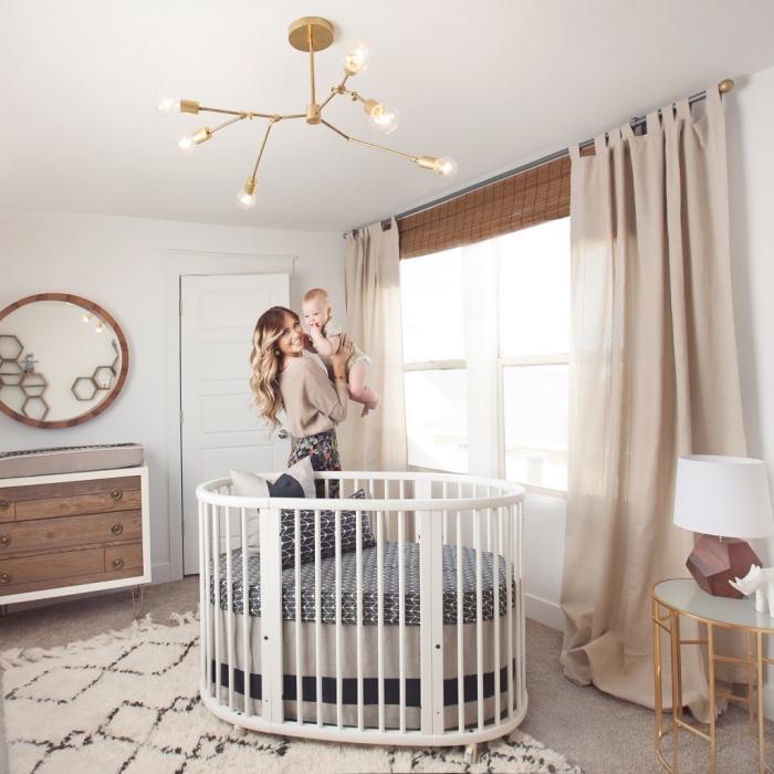 idée pour la deco chambre fille ou garçon aux murs blancs avec grande fenêtre habillée en voiles campagne et plancher à tapis beige