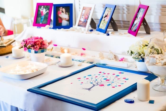 idée scrapbooking pour le cocktail de mariage, décoration de table mariage avec bougies blanches et cadres photos des jeunes mariés
