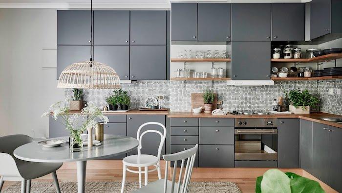 idée quelle couleur avec le gris, facade cuisine grise, credence cuisine carrelage gris et blanc, tapis beige, parquet bois clair, plan de travail bois, table et chaises salle à manger gris
