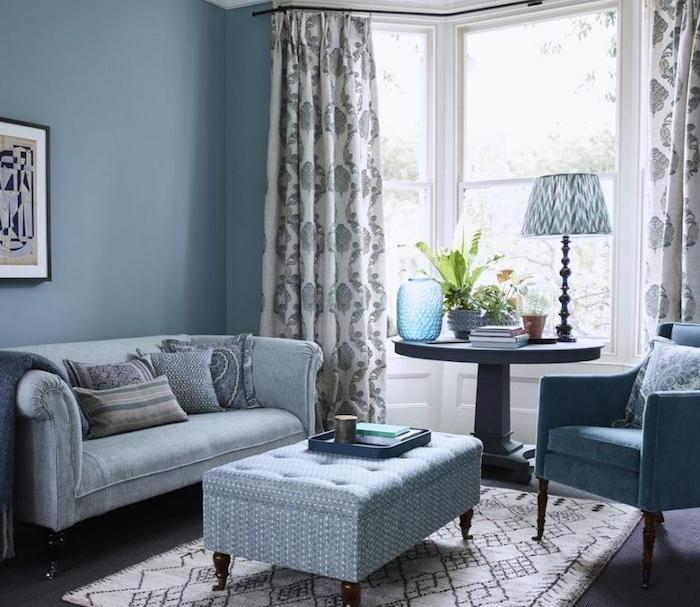 canapé gris, mur couleur bleu de gris et fauteuil bleu, table basse retro chic, idée salon style traditionnel