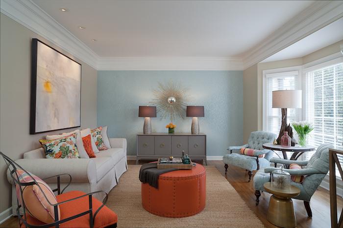 idée de mur couleur taupe clair et un mur d accent bleu, canapé blanc cassé, fauteuils bleus, meuble gris, table et chaise orange