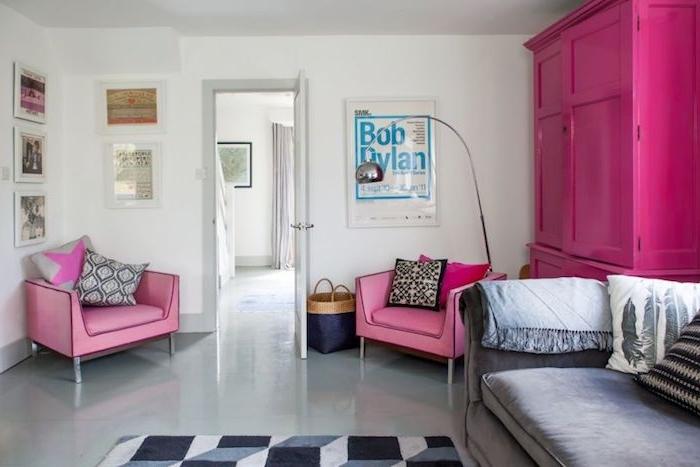 canapé couleur taupe clair, armoire fuchsia et fauteuils rose, sol gris clair, deco murale de cadres