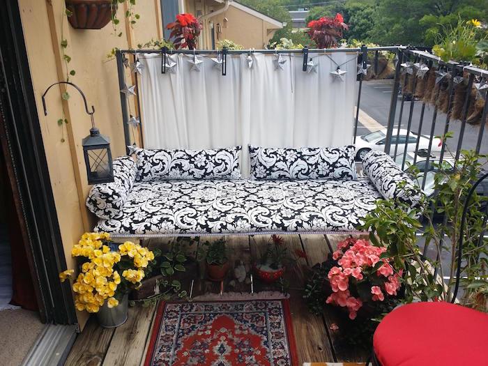 modele de canape blanc et noir pour balcon, aménager une petite terrasse