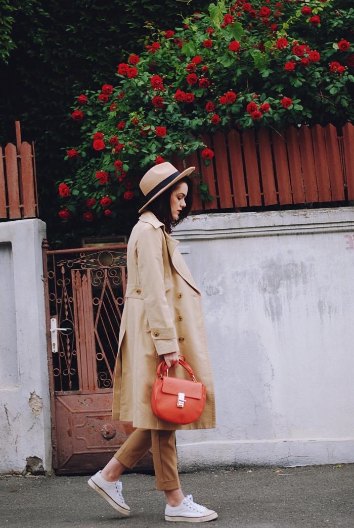 exemple de pantalon fluide femme habillé avec manteau long et capeline beige et noir, comment être élégante avec baskets blancs
