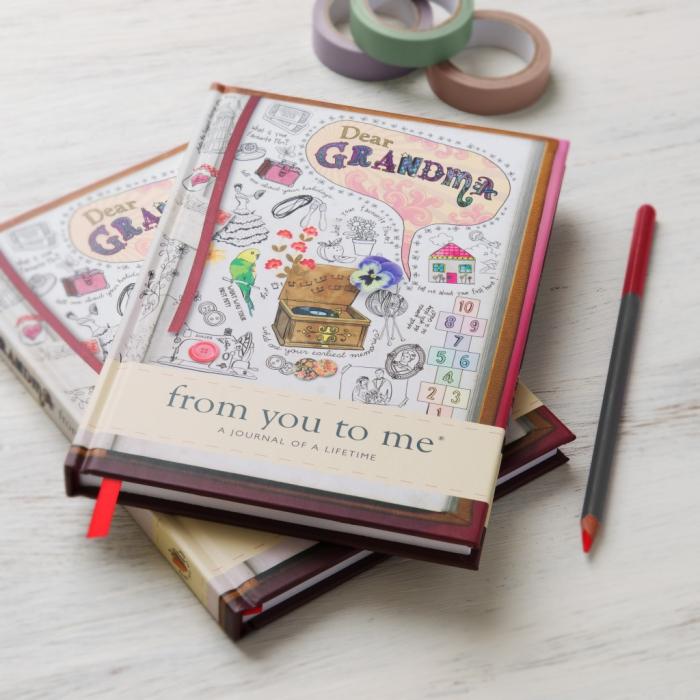 modèle de carnet à couverture colorée avec dessins blancs et noir et texte chère grand-mère pour écrire ses souvenirs