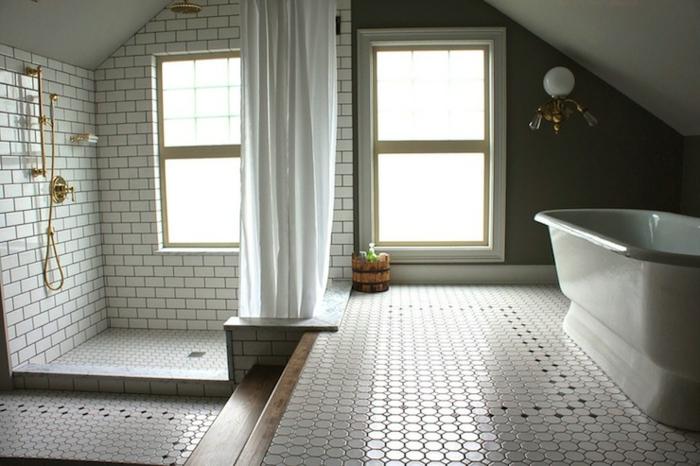 carrelage noir et blanc, douche dorée, baignoire blanche, amenagement salle de bain élégante