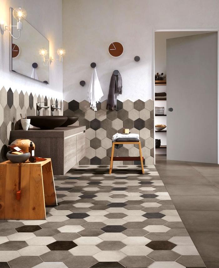 déco de la salle de bain en couleurs neutres avec carrelage à design géométriques beige et blanc, meuble sous lavabo de bois gris