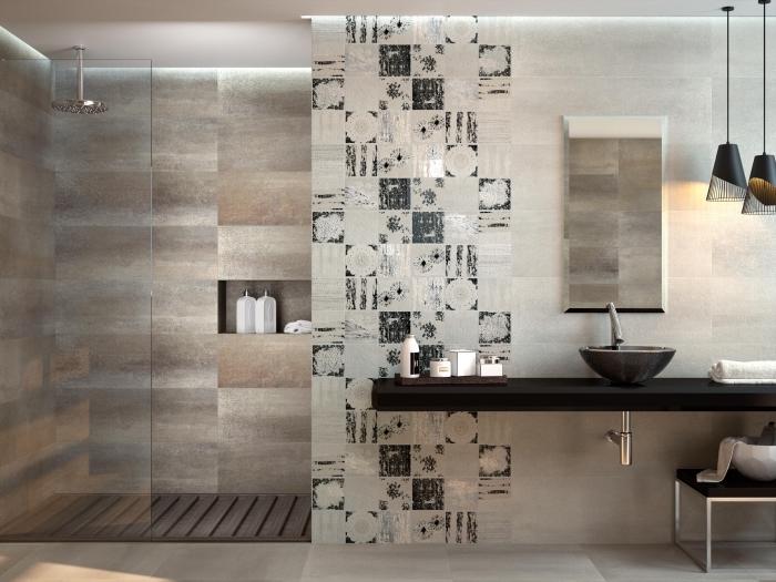 idee salle de bain stylé en couleurs neutres, modèle de carrelage design en marron et beige, accessoires salle de bain à finitions métalliques noir mate
