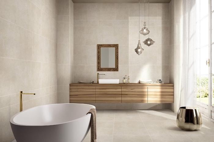quelles couleurs choisir pour une déco salle de bain moderne, carrelage beige à combiner avec meubles de bois clair