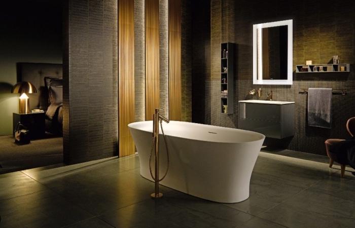 modèle de vasque salle de bain en blanc avec meubles sous lavabo gris et robinet cuivré, aménagement salle de bain ouverte avec paroi