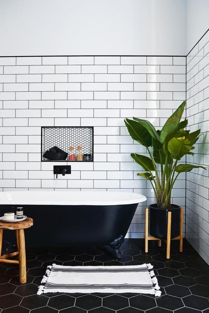 déco de style bohème chic et scandinave avec carrelage blanc et noir à design géométrique et baignoire blanc et noir mate