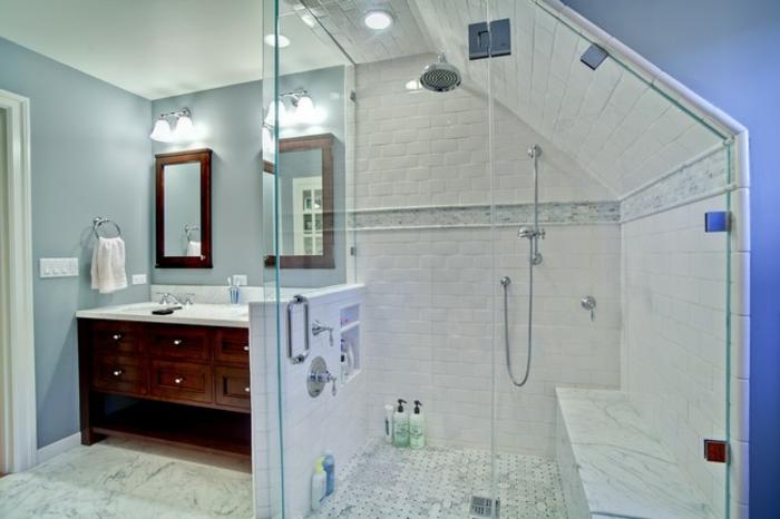 idee salle de bain petite surface, décoration en blanc et bleu, meuble sous vasque et miroir en bois