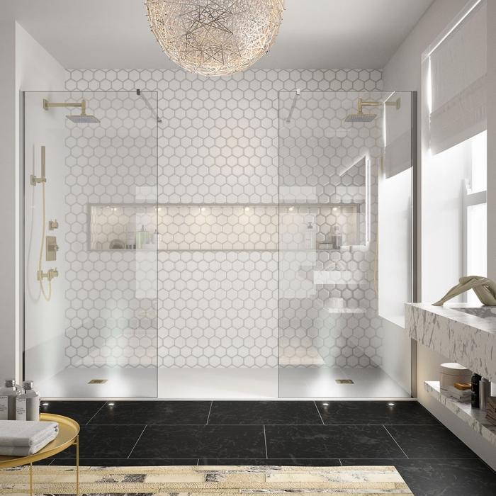 salle de bain blanche au carrelage à design géométrique avec une niche murale en éclairage led, carrelage de plancher à design marbre noir