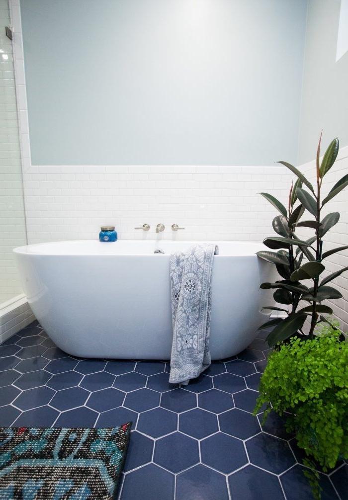 déco bohème chic avec carrelage à design géométrique bleu foncé et plantes vertes, carrelage à imitation briques blanches