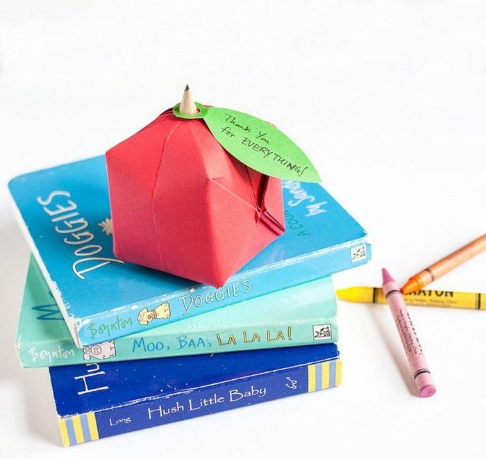 idée originale pour un bricolage origami enfant, comment faire une carte de remerciement originale en forme de pomme origami