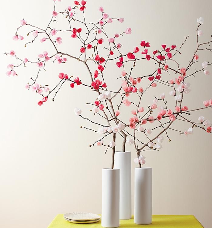 vase blanc rempli de branches fleuries à fleurs rose, rouges et blanches, activité créative de printemps simple
