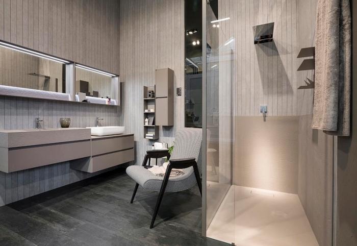 aménagement salle de bain en couleurs neutres avec revêtement mural à imitation bois clair et meubles de couleur beige