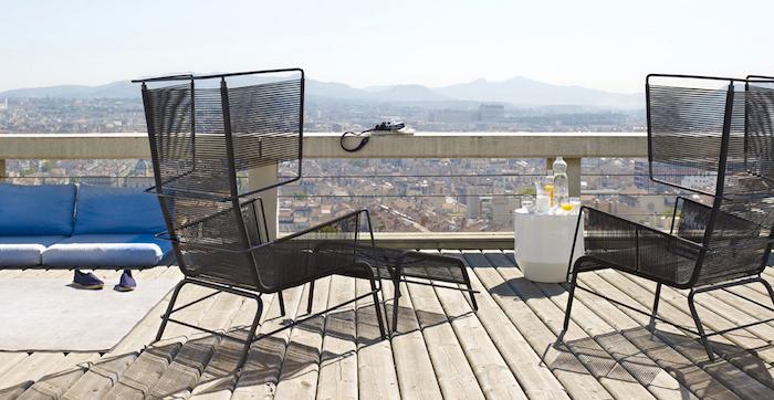 idee deco balcon sur le toit rooftop sur plancher en bois avec chaise longue design