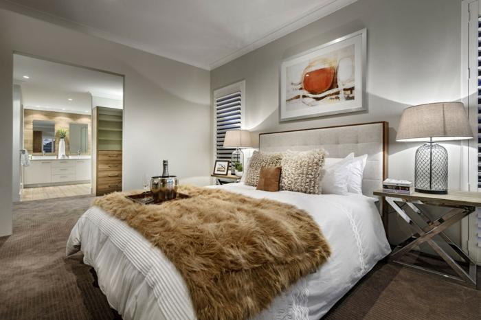 chambre à coucher grise, grande peinture artistique, jeté de lit beige moelleux, tapis taupe