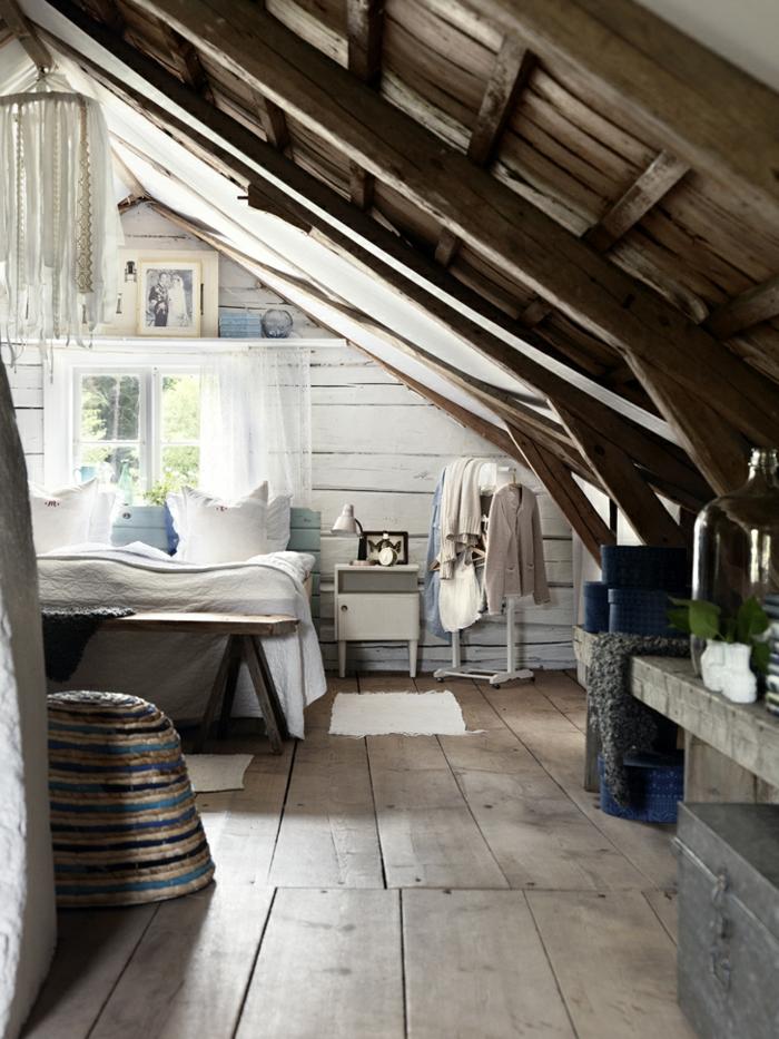 amenagement grenier style shabby avec une construction de bois, mur en lattes blanches, petit chevet