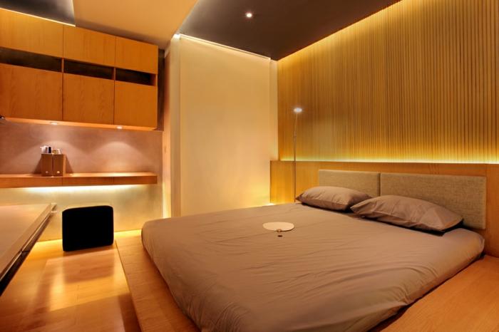 parement mural bois, lit beige, éclairage de chambre romantique, étagères murales